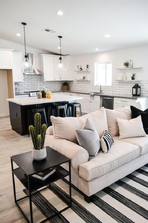casa de conceito aberto preta e preta decorada com cozinha com ilha Foto Beckmann House