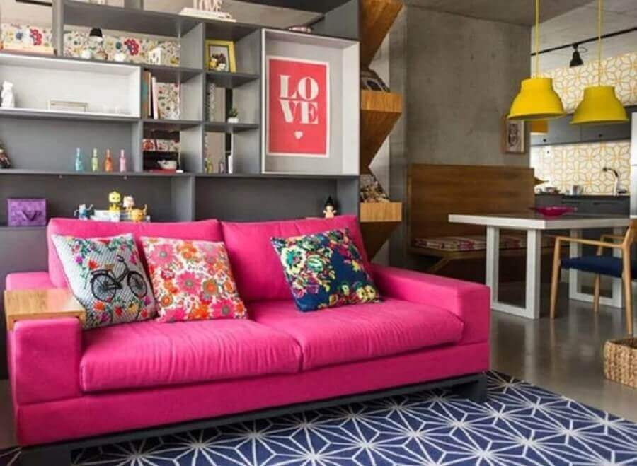Sofá pink com tapete azul