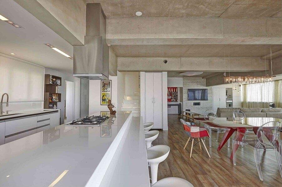 cimento queimado e cadeiras transparentes para casa com conceito aberto Foto Diário Décor