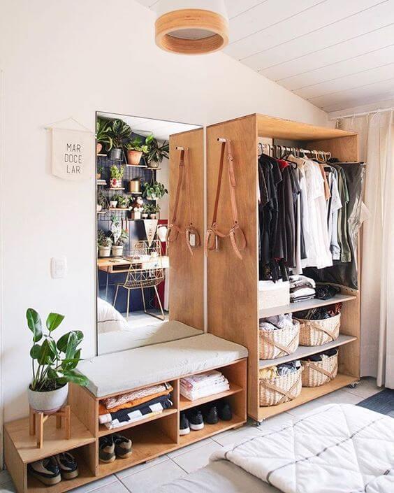 Closet de madeira aberto