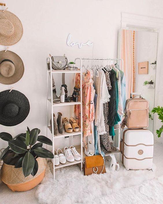 Estantes e araras são ótimas opções para seu closet