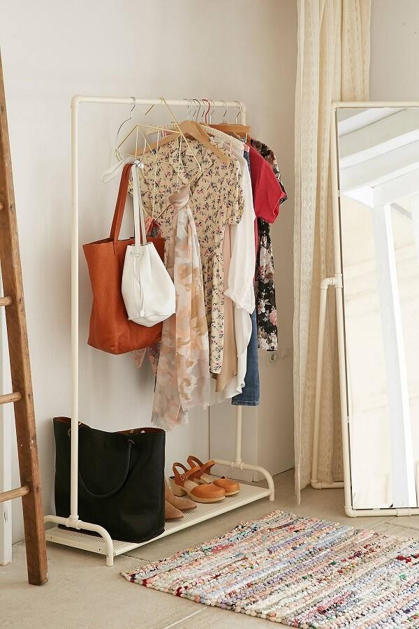Closet simples no canto do quarto