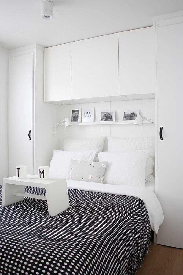 cores claras para quarto de casal branco decorado com roupa de cama preta Foto Deavita