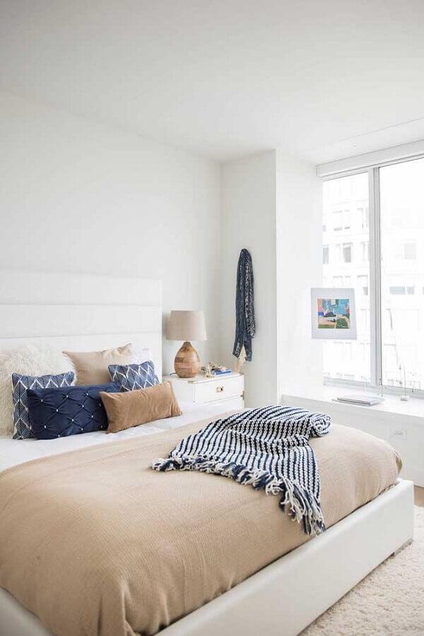 cores claras para quarto de casal decorado com almofadas coloridas Foto Apartment Therapy