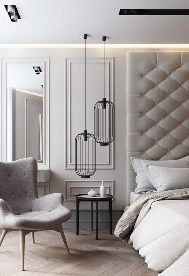 cores claras para quarto de casal sofisticado decorado com cabeceira estofada e boiserie Foto Architonic