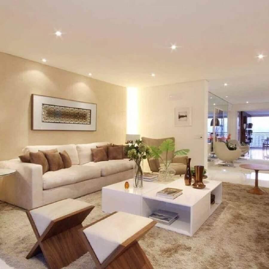 cores claras para sala ampla decorada com puffs de madeira Foto Chris Silveira Arquiteta