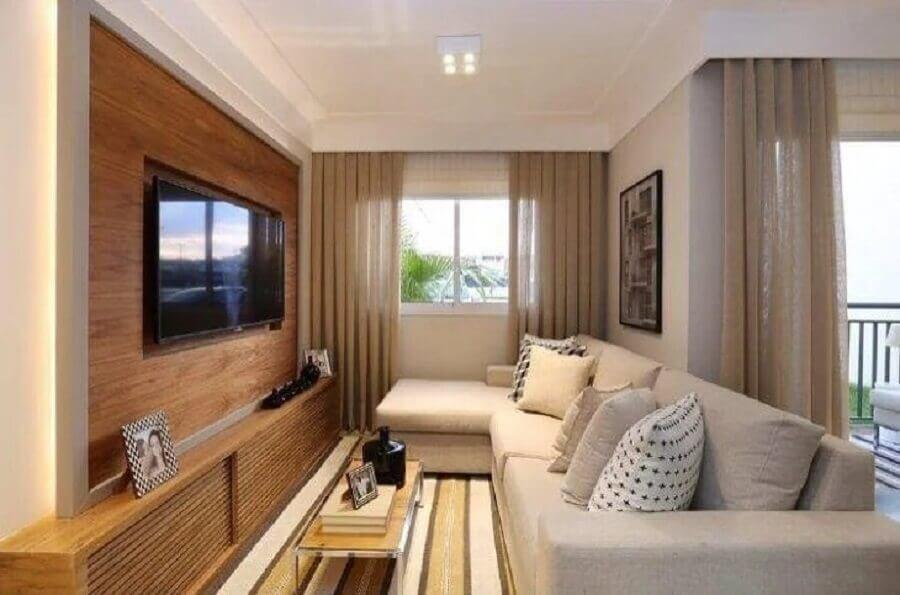 cores claras para sala de TV com painel de madeira e tapete listrado Foto Sesso & Dazaneli Arquitetura