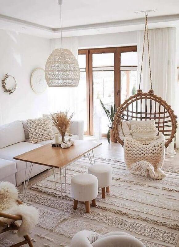 cores neutras para sala de estar decorada com luminária pendente rústica Foto Apartment Therapy