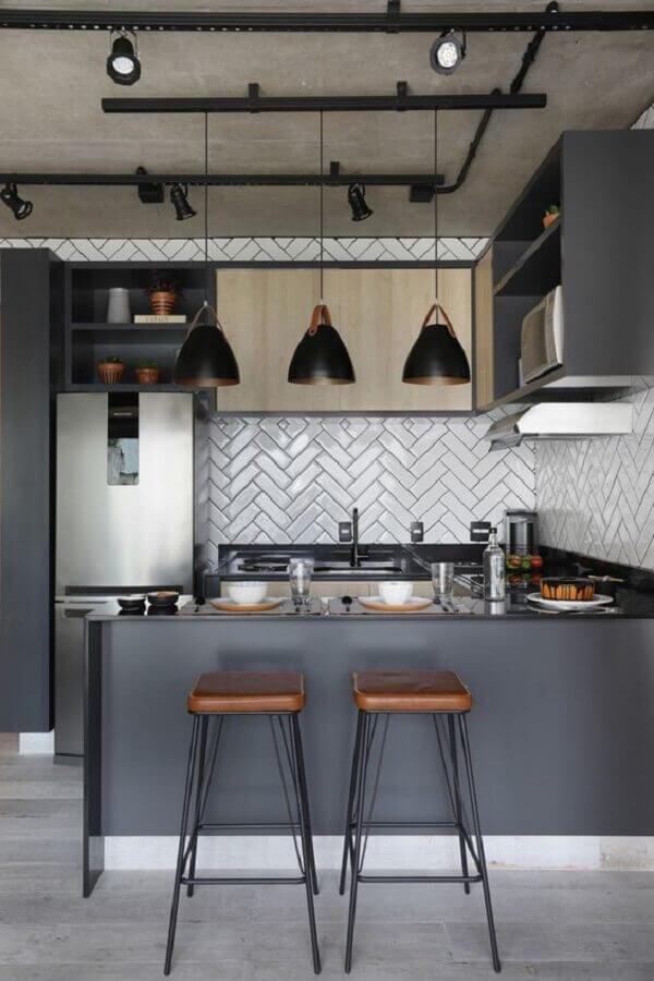 cozinha americana estilo industrial toda cinza com banquetas de couro Foto Mariana Orsi