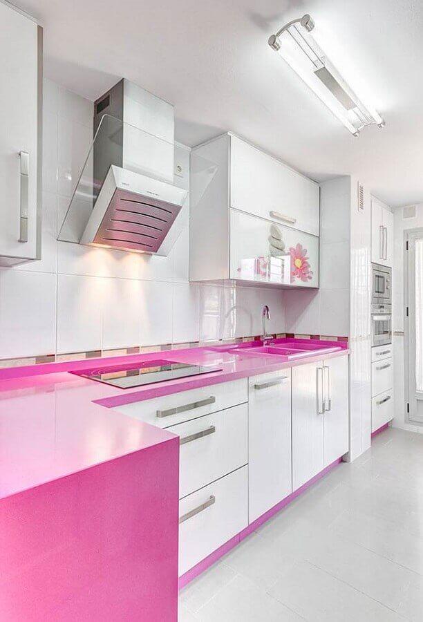 Cozinha branca planejada com detalhes em rosa pink