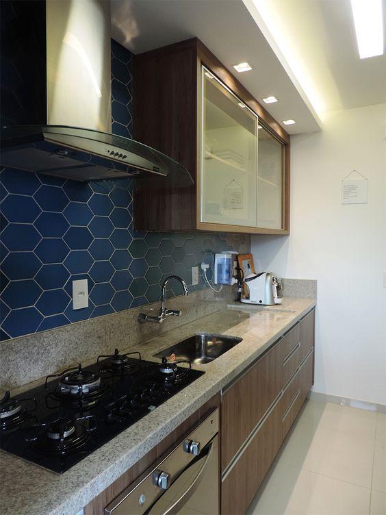 Cozinha com revestimento hexagonal azul