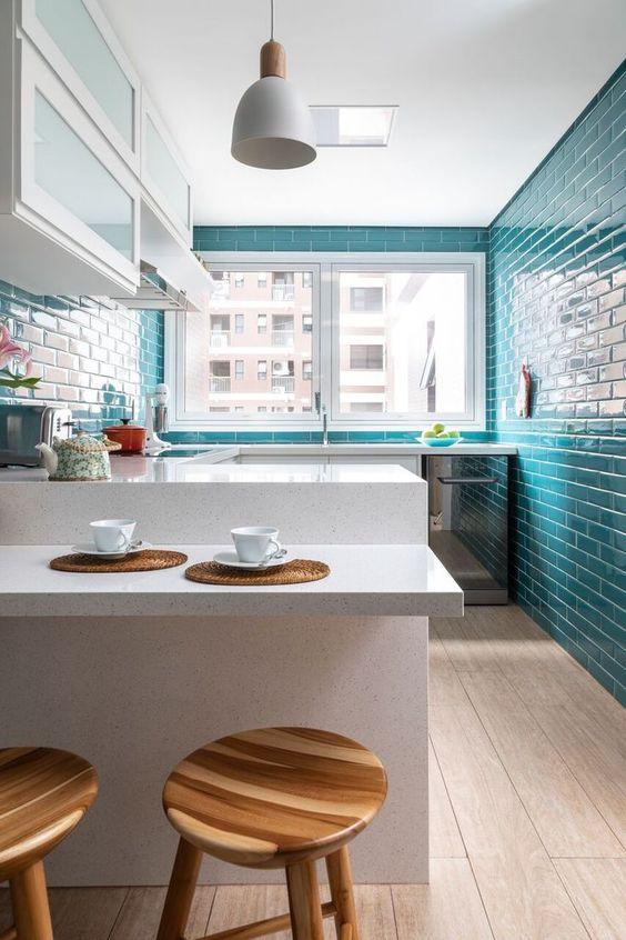 Revestimento azul turquesa com móveis brancos em destaque