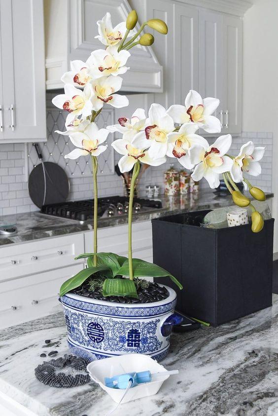 Cozinha decorada com vaso de orquídea