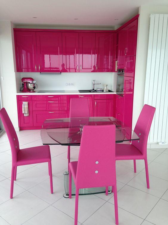 Cozinha com cadeira rosa pink e armário