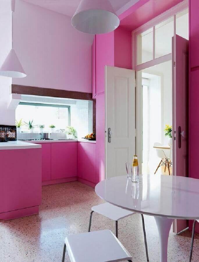 Cozinha rosa pink planejada com mesa redonda