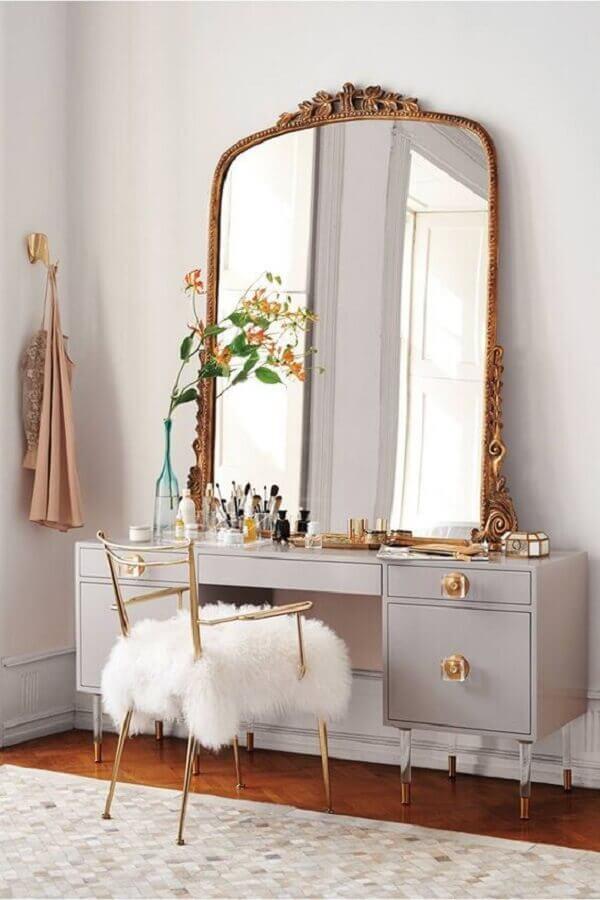 decoração clássica com penteadeira e espelho grande com moldura dourada Foto Apartment Therapy