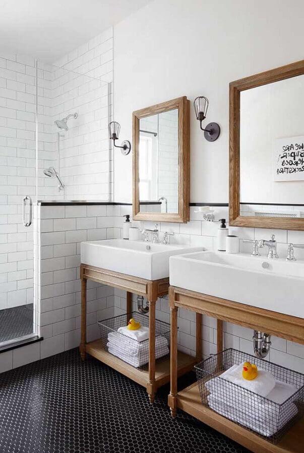 decoração clássica de banheiro simples com espelho de madeira Foto Home Fashion Trend