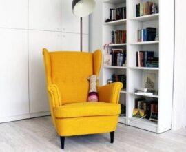decoração clean com estante branca e poltrona para leitura amarela Foto Bloglovin'