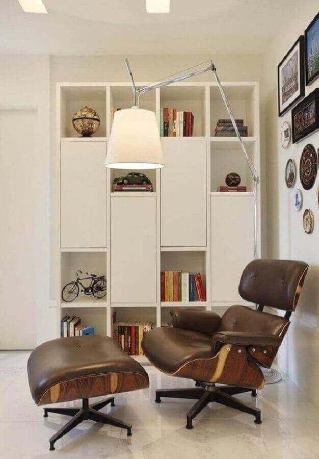 decoração clean com luminária grande e poltrona com puff para leitura Foto Pinterest