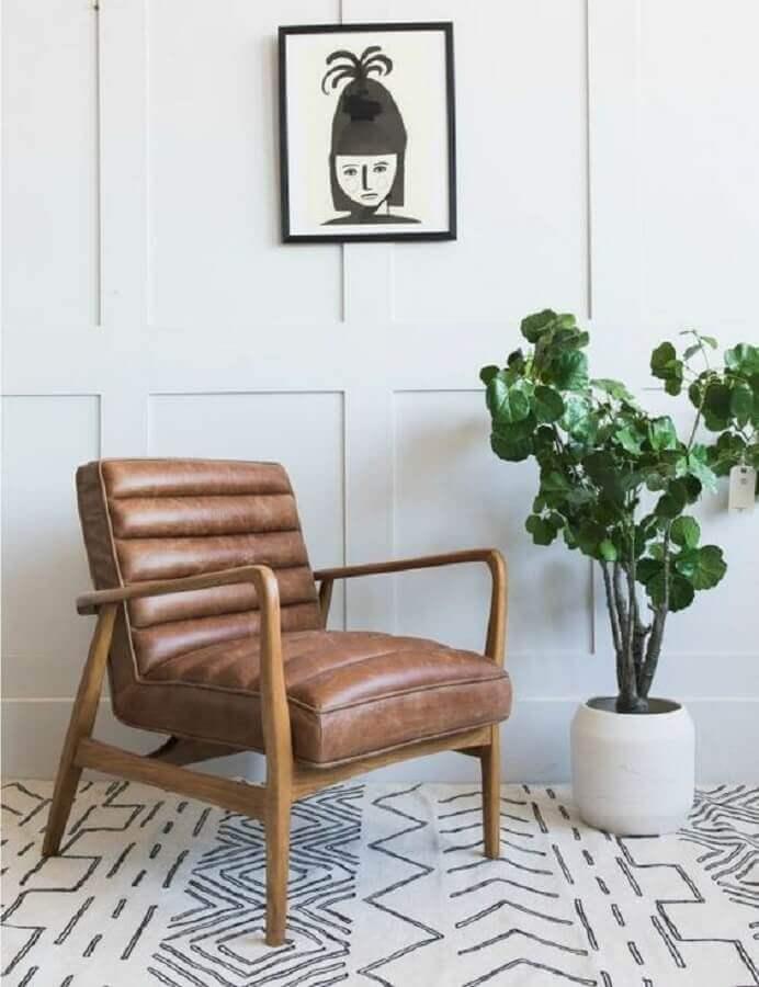 decoração clean com tapete escandinavo e poltrona de couro marrom e madeira Foto Rose & Grey