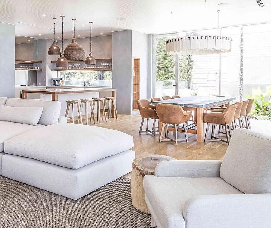 decoração clean de casa conceito aberto com móveis de madeira clara e parede de cimento queimado Foto Casa Très Chic