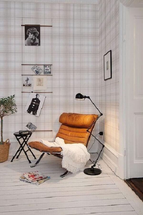 decoração clean para ambiente com papel de parede xadrez e poltrona de couro caramelo Foto Archilovers