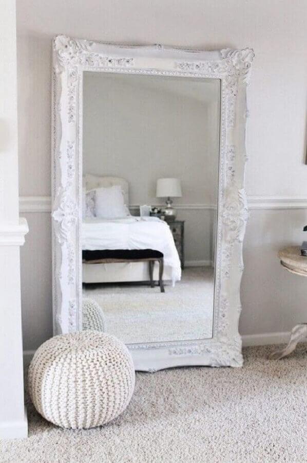 decoração clean para quarto com espelho com moldura branca Foto Pinterest