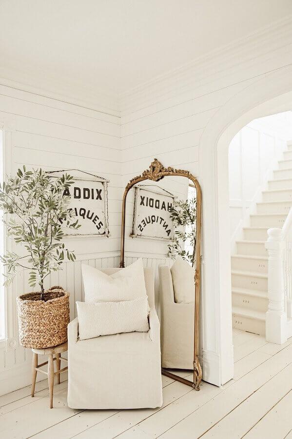 decoração clean para sala branca com espelho de chão com moldura clássica Foto Liz Marie