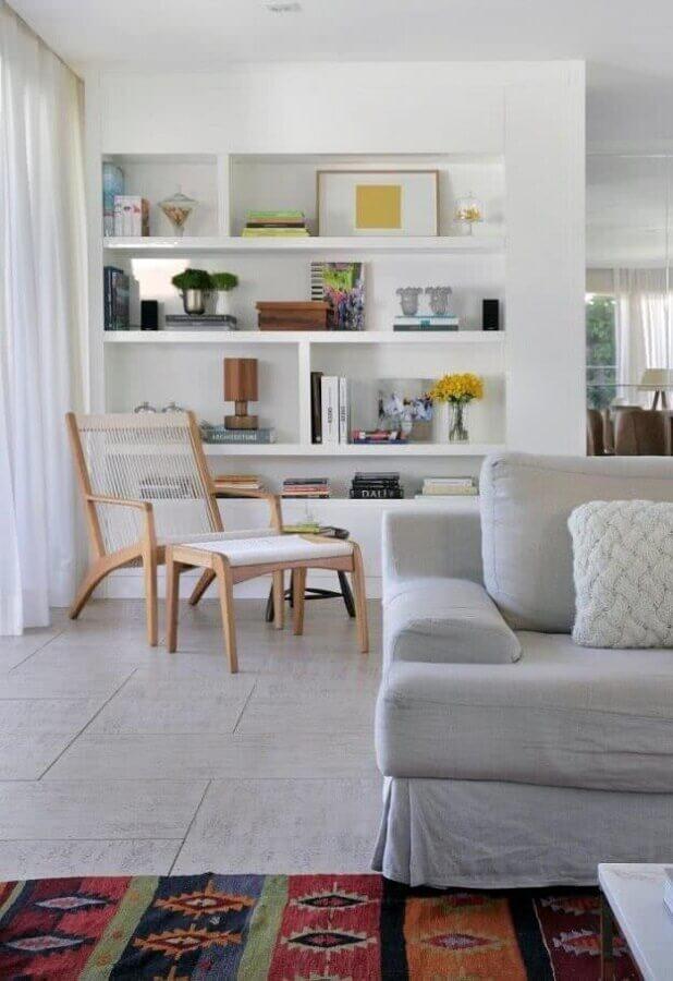 decoração clean para salas integradas com poltrona com puff para leitura Foto Pinterest