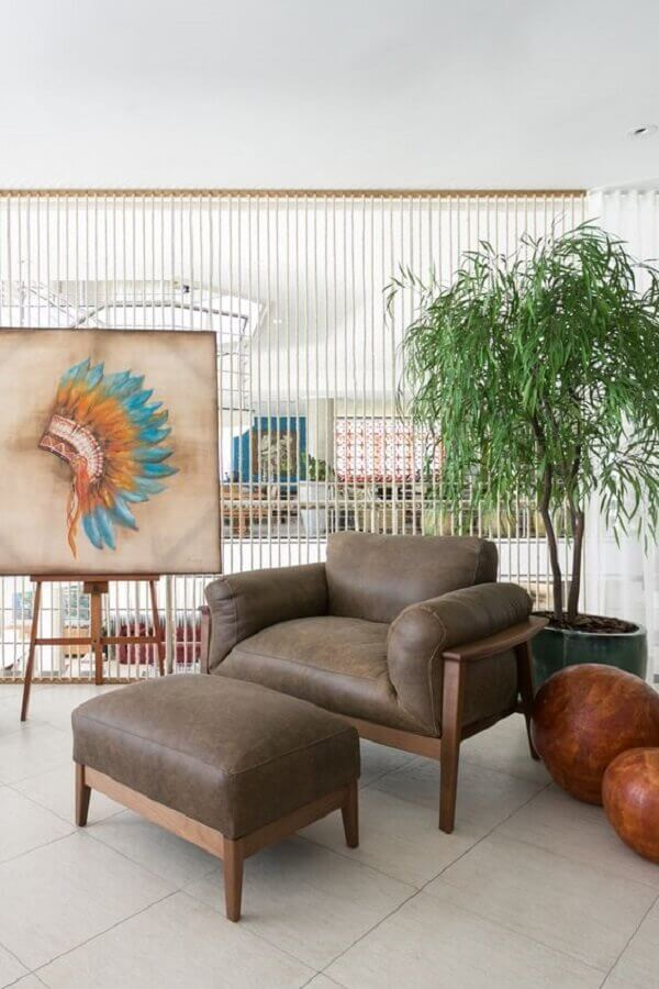 decoração clean para varanda com poltrona de couro marrom e madeira Foto Art Ville Móveis