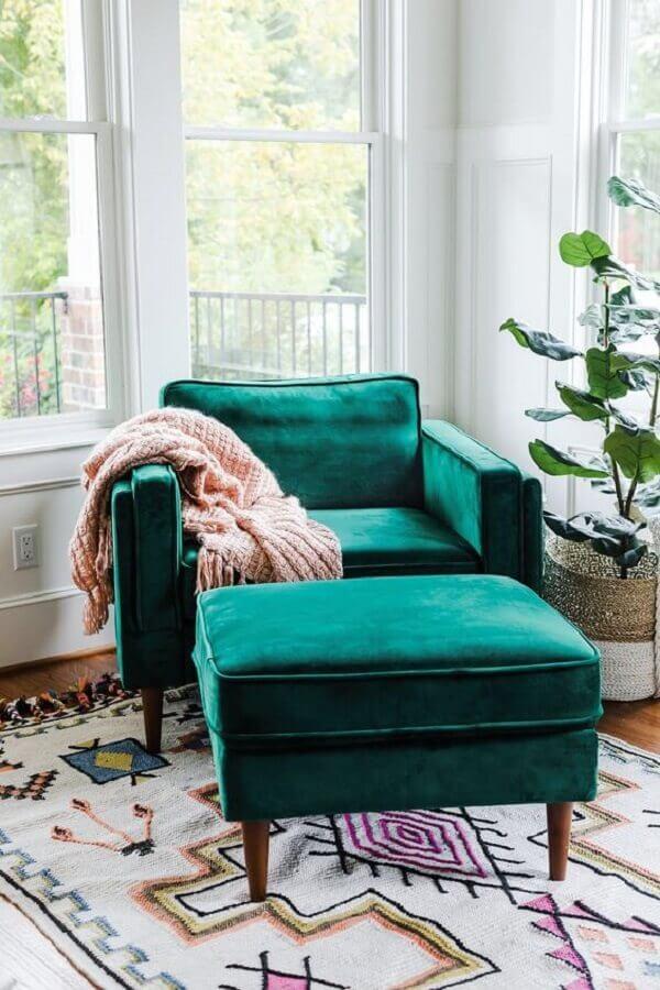 decoração com amplas janelas e poltrona com puff para leitura verde Foto Edloe Finch