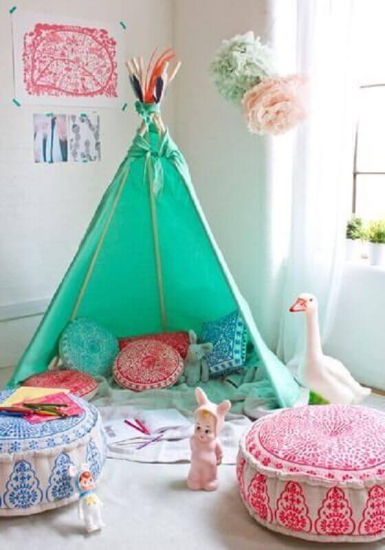 decoração com cabaninha e puff colorido redondo para quarto infantil Foto Just Real Moms