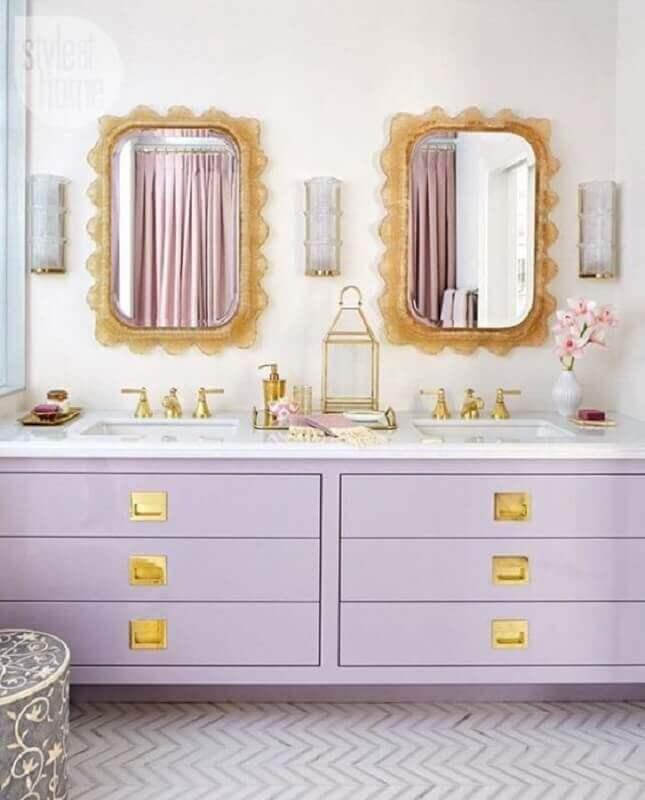 decoração com gabiente planejado lilás e espelho para banheiro com moldura dourada  Foto Fashionismo