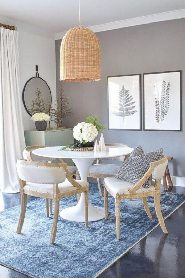 decoração com luminária rústica pendente para sala de jantar cinza com tapete azul Foto Sweet Farmhouse Dreams