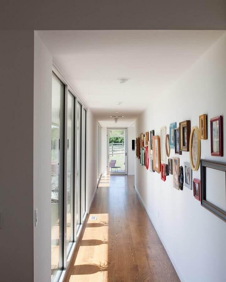 decoração com molduras diferentes de quadros para corredor Foto Pinterest