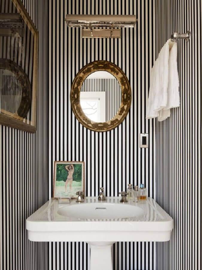 decoração com papel de parede listrado e espelho para banheiro com moldura Foto Casa de Valentina