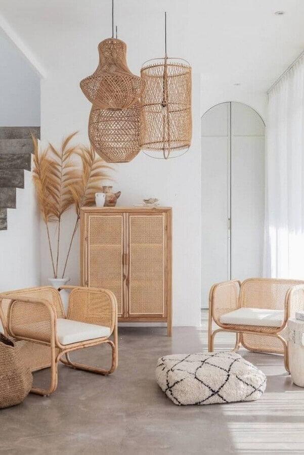 decoração com poltronas e luminária pendente rústica de fibras naturais Foto Pinterest