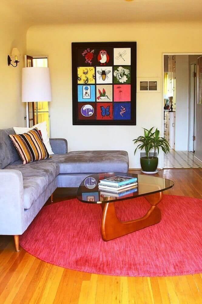 Decoração com tapete redondo para sala com sofá de canto