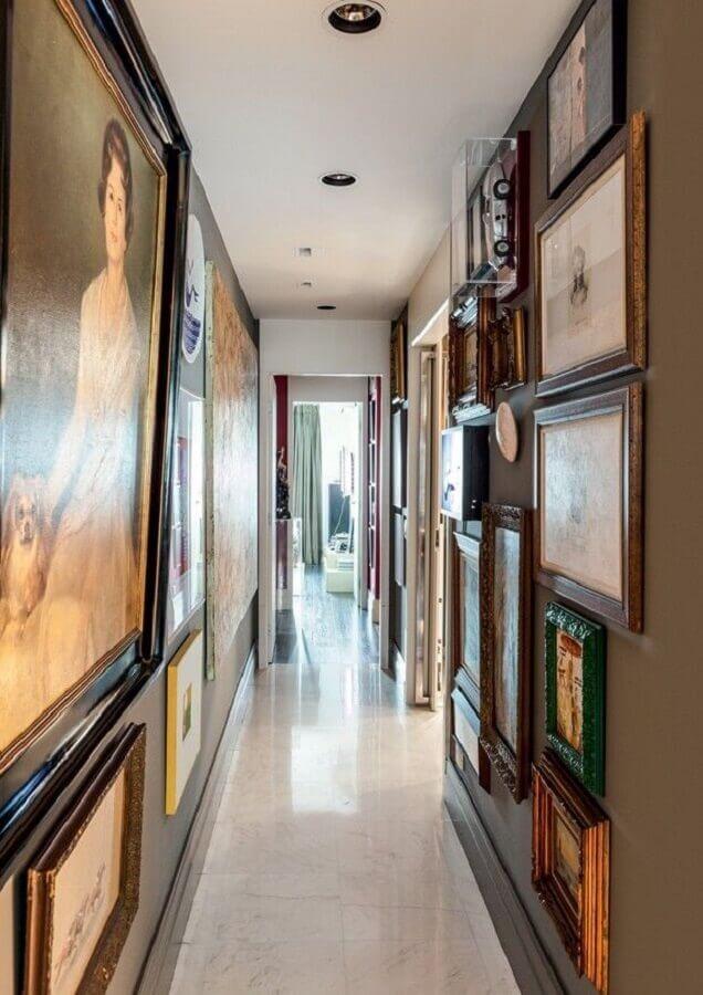 decoração com vários quadros para corredor  Foto Fábio Morozini