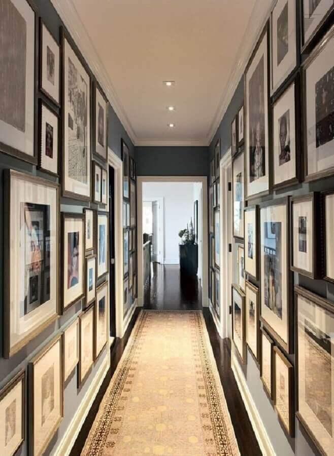 decoração com vários quadros para corredor de apartamento Foto Luxe Interiors + Design Magazine