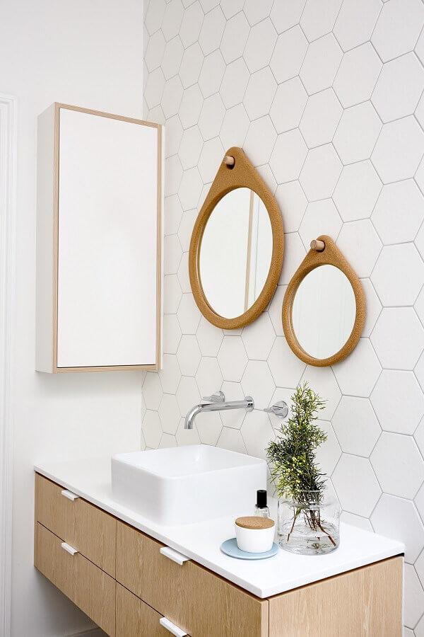 decoração de banheiro branco com espelho com moldura de madeira redondo Foto Archilovers