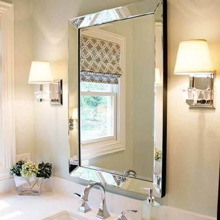 decoração de banheiro com espelho com moldura espelhada  Foto Arkpad