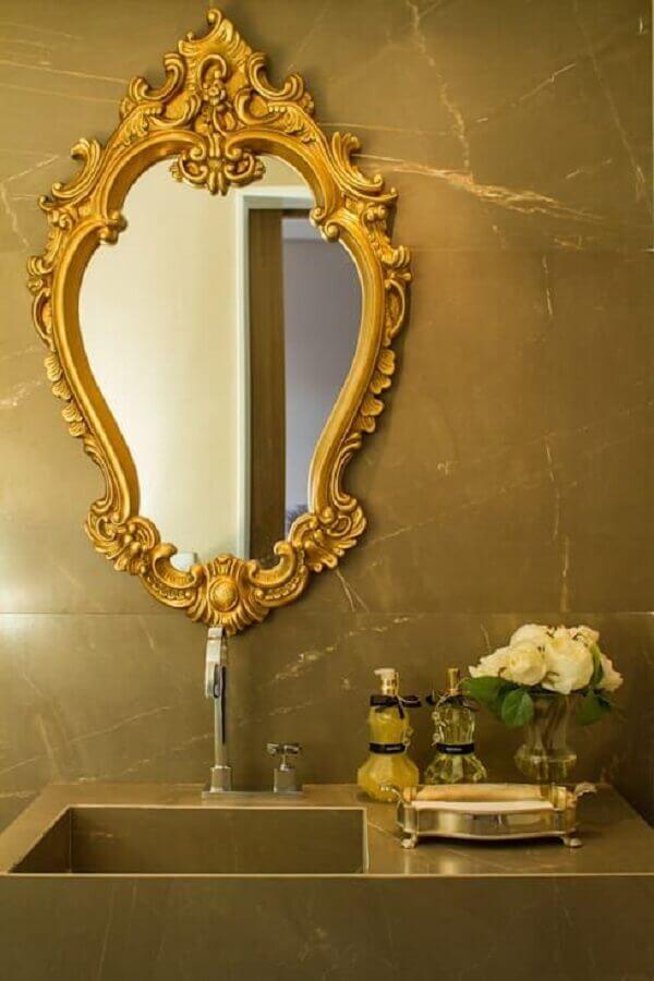 decoração de banheiro com espelho com moldura provençal dourada Foto Homify