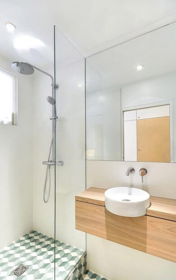 decoração de banheiro simples branco com gabinete de madeira clara Foto Archdaily