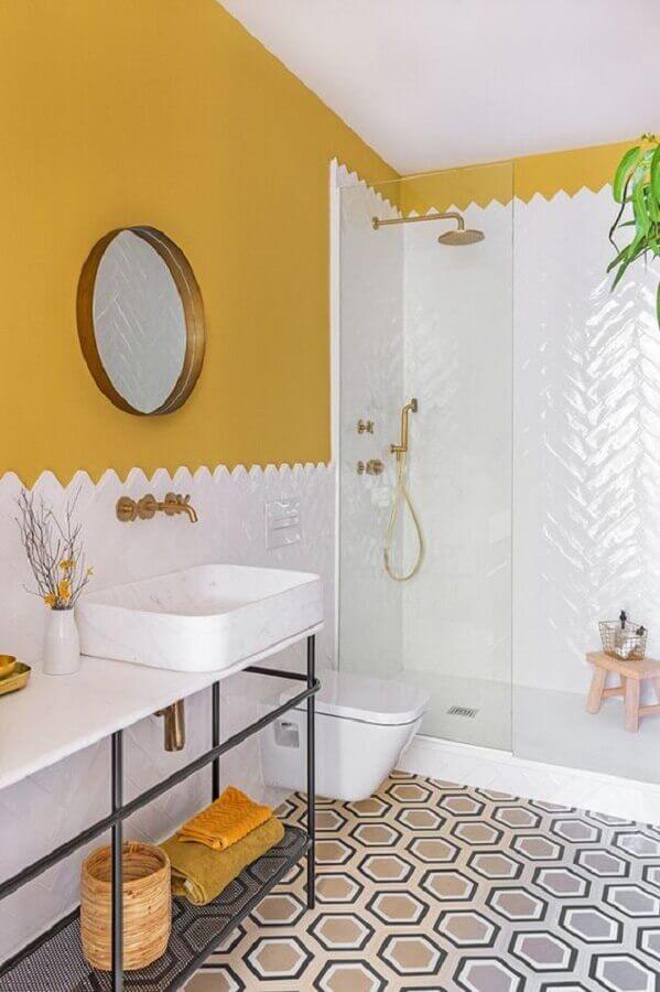 decoração de banheiro simples branco e amarelo com piso geométrico Foto Habitissimo