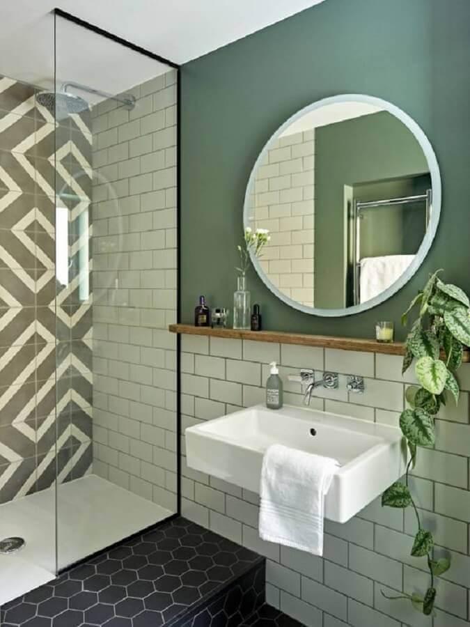 decoração de banheiro simples com espelho redondo em parede verde Foto HomeAdore