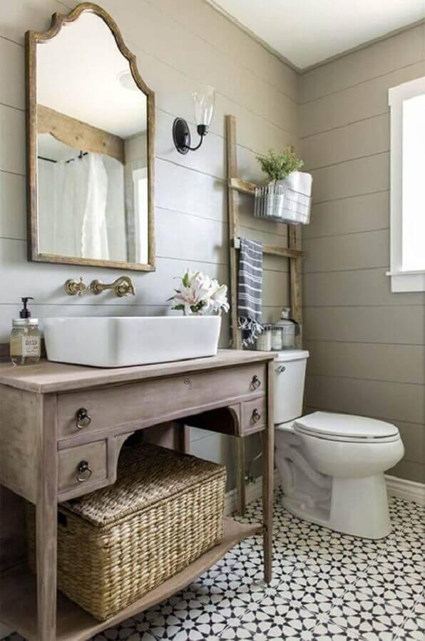 decoração de banheiro simples com móveis rústicos  Foto Better Homes and Gardens