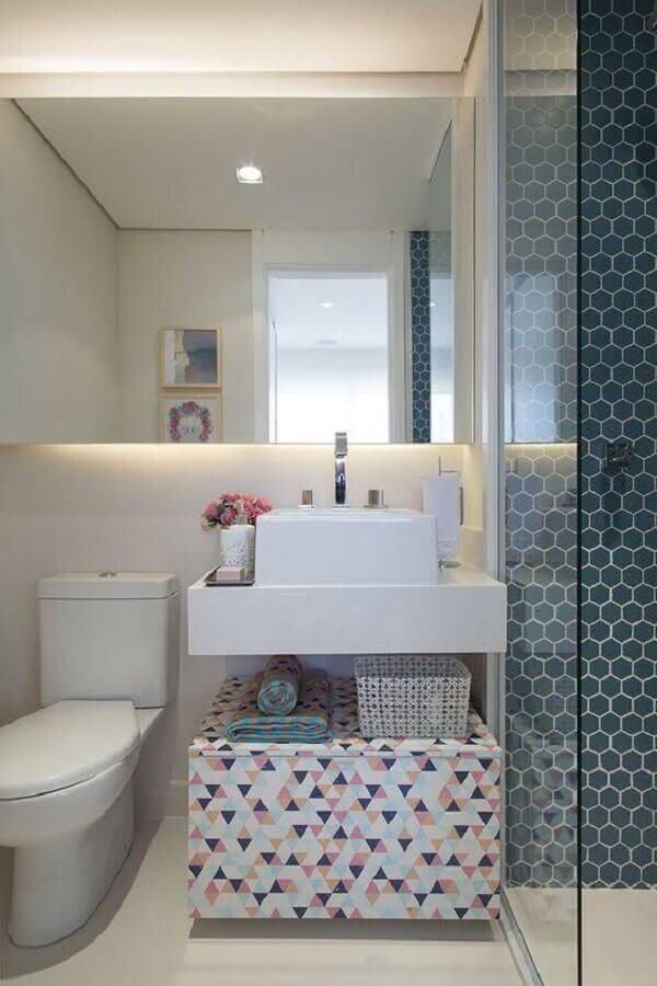 decoração de banheiro simples com revestimento hexagonal na área do box Foto Pinterest