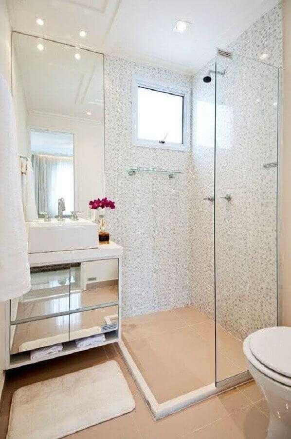 decoração de banheiro simples e pequeno com gabinete espelhado Foto Simples Decoração