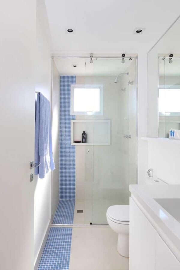 decoração de banheiro simples e pequeno todo branco com faixa de pastilha azul Foto Pinterest